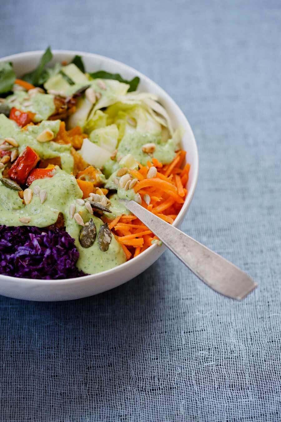 Rainbow-Salad in Schüssel