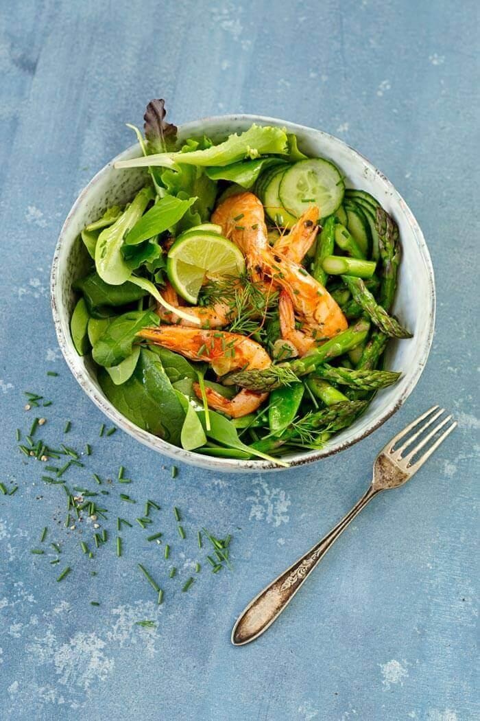Gambas mit Salat und grünem Spargel